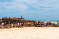 Folk på den Maheno skeppsbrottet på 75 mil strand, en av de populäraste gränsmärkena på Fraser Island, Fraser Coast, Queensland,  Fotografering för Bildbyråer