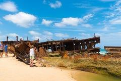 Folk på den Maheno skeppsbrottet på 75 mil strand, en av de populäraste gränsmärkena på Fraser Island, Fraser Coast, Queensland,  Royaltyfria Foton