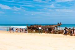 Folk på den Maheno skeppsbrottet på 75 mil strand, en av de populäraste gränsmärkena på Fraser Island, Fraser Coast, Queensland,  Royaltyfria Bilder