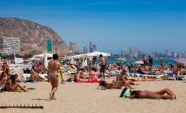 Folk på den medelhavs- stranden i Alicante Arkivbild