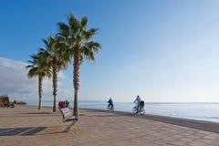 Folk på den Molinar strandpromenaden Arkivbilder