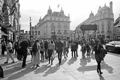 Folk på den Piccadilly cirkusen i London Royaltyfri Bild