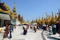 Folk på den Shwedagon pagoden Arkivbilder