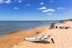 Folk på den soliga stranden av det baltiska havet i Sopot, Polen Royaltyfri Fotografi