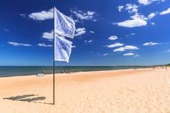 Folk på den soliga stranden av det baltiska havet i Sopot, Polen Arkivfoto