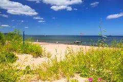 Folk på den soliga stranden av det baltiska havet i Sopot, Polen Royaltyfri Foto