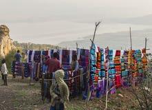 Folk på den traditionella Dorze marknaden Hayzo by Dorze Ethiop Royaltyfria Bilder