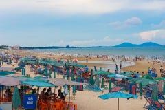 Folk på den Vung Tau stranden Royaltyfria Foton
