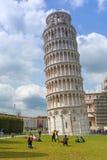 Folk på det lutande tornet av Pisa i Italien Fotografering för Bildbyråer