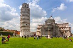 Folk på det lutande tornet av Pisa i Italien Royaltyfri Fotografi
