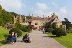 Folk på det Tyntesfield huset Wraxhall norr Somerset England UK en turist- dragning som presenterar härliga blommaträdgårdar Fotografering för Bildbyråer