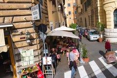 Folk på det utomhus- kafét för tabeller i Rome, Italien Arkivbild