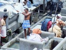 Folk på Dhobi Ghat, världens största utomhus- tvätteri i Mumbai, Indien Royaltyfri Foto
