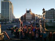 Folk på en övergångsställe, Dublin arkivfoton