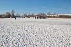 Folk på en djupfryst sjö i vinter Österrike Europa Royaltyfria Foton