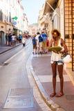 Folk på en gata i Saint Tropez, Frankrike Fotografering för Bildbyråer
