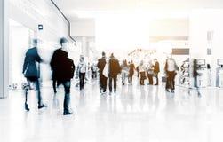 Folk på en korridor för handelmässa arkivbilder