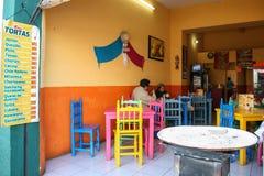 Folk på en matställe i lokal eatery i Oaxaca, Mexico arkivbild