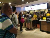 Folk på en McDonalds i Hong Kong Fotografering för Bildbyråer