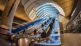 Folk på en rulltrappa i en underjordisk station arkivfoton