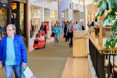 Folk på en shoppinggalleria Royaltyfri Foto