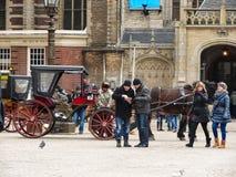 Folk på fördämningfyrkanten in   Amsterdam. Nederländerna Royaltyfria Foton