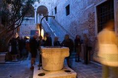 Folk på förtitten av den 57th Venedig biennalen Royaltyfria Bilder