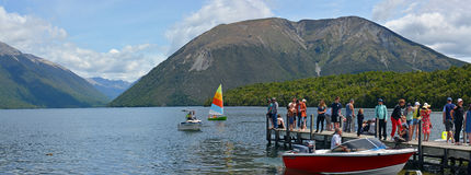 Folk på ferie på sjön Rotoiti i Nelson Lakes område nytt Z arkivbild