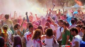 Folk på festivalen av färger Holi Barcelona Royaltyfri Foto
