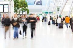 Folk på flygplatsen Arkivbilder