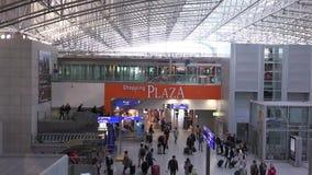 Folk på flygplatsen i Frankfurt - f.m. - strömförsörjning stock video