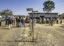 Folk på flygplatsen i Lalibela, Etiopien Arkivbild