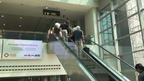 Folk på flygplatsen i Yangon, Myanmar arkivfilmer