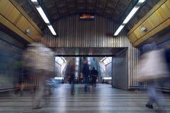 Folk på gångtunnelstationen Arkivfoto