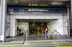 Folk på gångtunnelstationen i Hong Kong Arkivbild