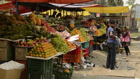 Folk på gataförsäljningsgrönsaken arkivfilmer