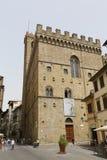 Folk på gatan av den forntida italienska staden Florence flore Royaltyfria Foton