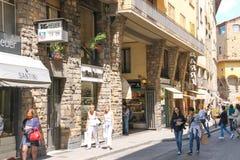 Folk på gatan av den forntida italienska staden Florence, Italien Royaltyfria Bilder