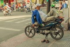 Folk på gatan av det asiatiska landet - Vietnam och Cambodja Arkivfoto
