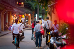 Folk på gatan av Hoi An, Vietnam, Asien Royaltyfri Bild