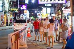 Folk på gatan av Patong på natten Arkivbilder