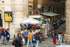 Folk på gatan i Rome, Italien Arkivbild