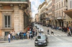 Folk på gatan i Rome, Italien Arkivfoton