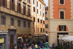 Folk på gatan i Rome, Italien Fotografering för Bildbyråer