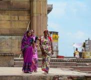 Folk på gatan i Varanasi, Indien Royaltyfri Bild