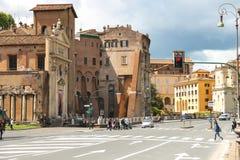 Folk på gatan nära den pittoreska forntida byggnaden i Rome Arkivbilder