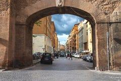 Folk på gatan via del Mascherino i Rome Port i väggen, e Royaltyfria Foton