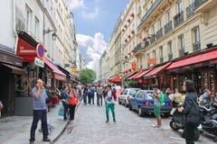 Folk på gatorna av Paris. royaltyfri fotografi