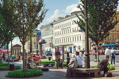 Folk på gatorna av St Petersburg Gatamusiker spelar utanför royaltyfri fotografi