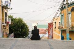 Folk på gatorna av Valparaiso Royaltyfri Fotografi